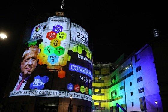 지난 12일(현지시간) 치러진 영국 조기 총선의 출구조사 결과가 비춰지고 있는 BBC 텔레비전 센터 건물/사진=로이터