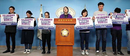 11월29일 오후 서울 여의도 국회에서 어린이 교통사고 피해자인 고 김태호, 김민식, 이해인 양의 부모가 기자회견하고 있다. / 사진=홍봉진 기자 honggga@