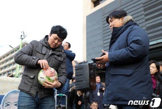진보성향 시민단체 국민주권연대와 청년당 회원들이 13일 오후 서울 세종대로 주한미국대사관 앞에서 열린 해리 해리슨 주한미국대사 규탄대회에서 퍼포먼스를 하고 있다. 2019.12.13/뉴스1 © News1 이재명 기자