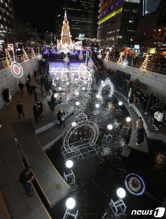 [사진] '청계광장에 물든 오색빛깔 조명'