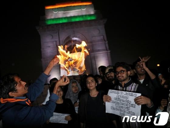 印 격화되는 '반시민권' 시위에 아베 방문 일정 연기