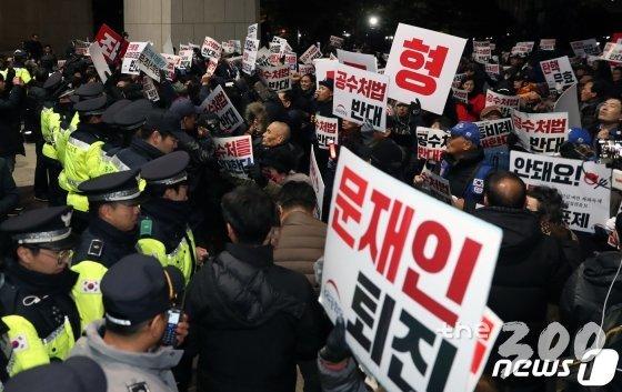 우리공화당 당원들이 13일 오후 '국회 해산 공수처법 반대' 등의 구호를 외치며 국회 본청 진입을 시도하고 있다. /사진=뉴스1