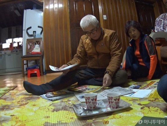 정유리양 아버지 정원식씨(왼쪽)와 어머니 김순옥씨(오른쪽). 유리양 이름만 들어도 눈물이 앞서서 말을 못했다고 했다./사진=남형도 기자