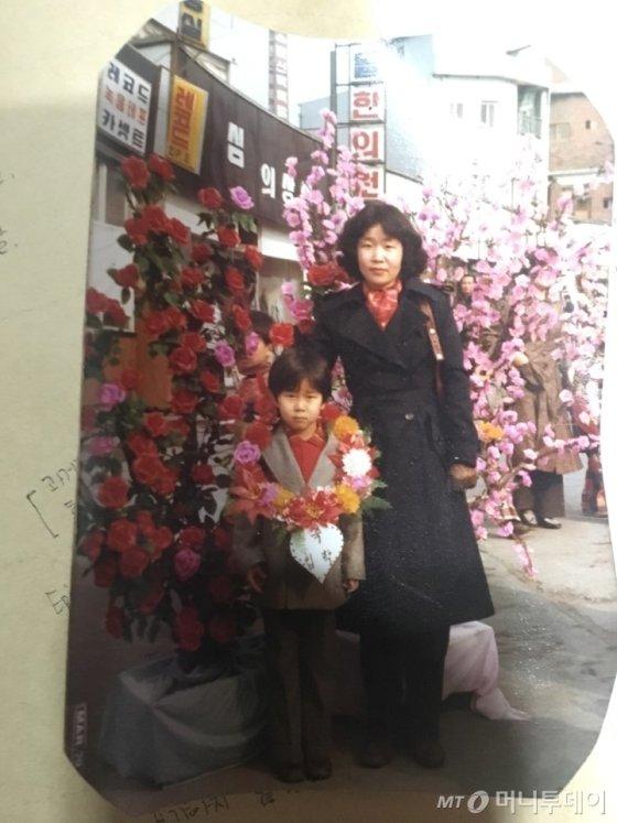 김용래군(왼쪽)의 초등학교 입학식 사진./사진=남형도 기자