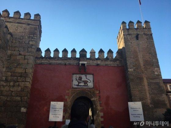 스페인 세비야에 있는 알카사르 궁전. 여기서 아내를 잃어버렸었다. 잠깐이지만, 온몸을 짓누른 절박한 마음 때문에 잠시나마 짐작할 수 있었다. 소중한 이가 사라지는 기분을./사진=남형도 기자