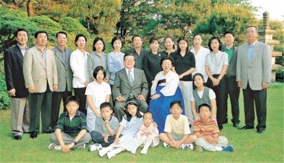 고 구자경 명예회장의 75세 생일 당시 가족사진. /사진제공=LG