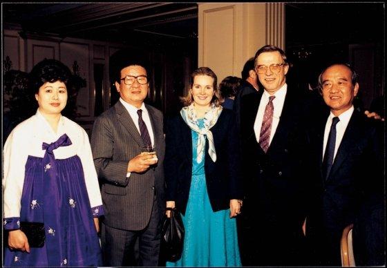 1988년 3월 고 구자경 명예회장(왼쪽 두번째)이 민간 차원의 경제외교 활동을 위해 미국을 방문, 워싱턴에서 리셉션을 열고 미국 각계 인사들과 합작선 경영자를 초청했다. /사진제공=LG