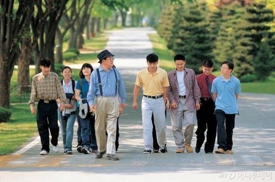 구 명예회장(가운데)이 연암대학교에서 학생들과 함께 교내를 산책하고 있다. /사진제공=LG