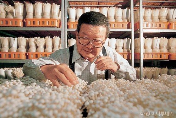 은퇴 후 버섯 재배를 연구 중인 구자경 명예회장. /사진제공=LG