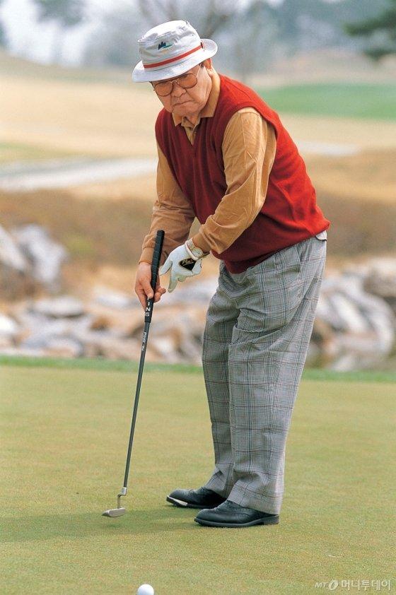 구자경 명예회장의 퍼팅 모습, 구 명예회장은 2008년 84세의 나이에 에이지슈트를 기록하기도 했다. /사진제공=LG