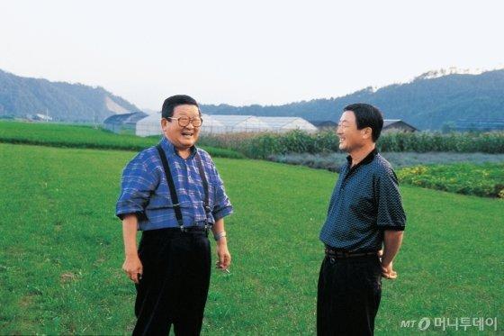 구자경 명예회장(왼쪽)과 고 구본무 회장(오른쪽)이 담소하고 있는 모습. /사진제공=LG