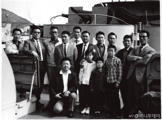 구 명예회장(앞줄)이 LG화학 부산사무실 직원들과 야유회 차 찾은 진해 해군기지의 함선에서 /사진제공=LG