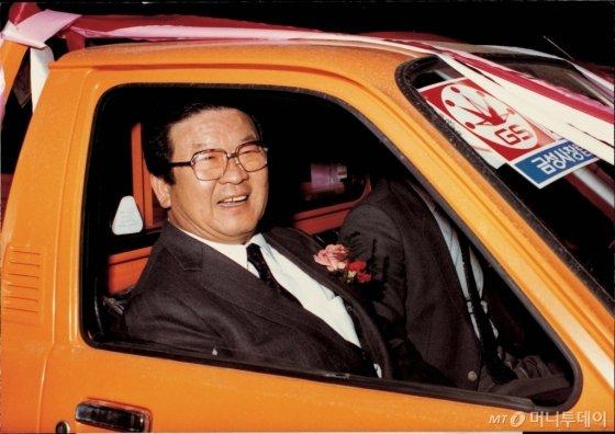1983년 2월, 금성사 창립25주년을 맞아 적극적인 고객서비스를 위해 마련한 서비스카 발대식에서 서비스카에 시승해 환하게 웃고 있는 구 명예회장 /사진제공=LG
