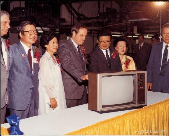구 명예회장(오른쪽 세번째)이 미국 현지생산법인(GSAI)에서 생산된 제1호 컬러TV 제품을 살펴보고 있다 /사진제공=LG