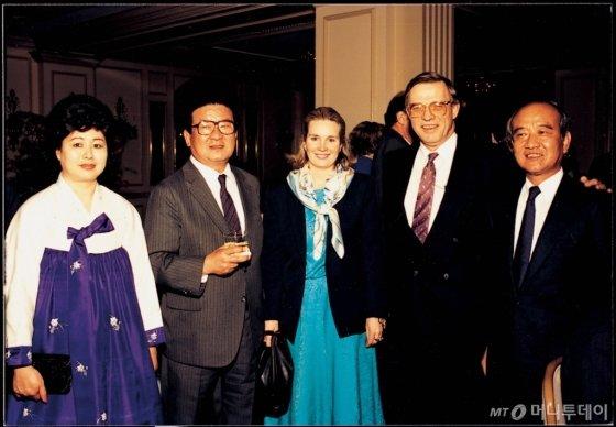 1988년 3월, 구 명예회장(왼쪽 두번째)이 민간 차원의 경제외교 활동을 위해 미국을 방문, 미국 각계 인사들과 합작선 경영자를 초청해 가진 워싱턴 리셉션 장면. /사진제공=LG
