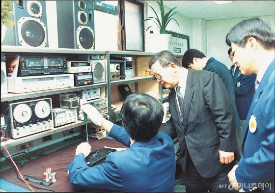 1990년 6월, 구 명예회장(가운데)이 금성사 고객서비스센터를 찾아 직원들의 애로사항을 듣고 격려하고 있는 모습. /사진제공=LG