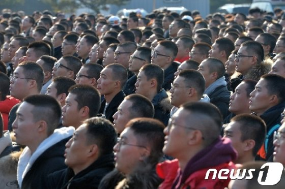 해병대 입영 장병들이 '어머니의 마음'를 부르고 있다..2018.1.15/뉴스1 © News1 최창호 기자