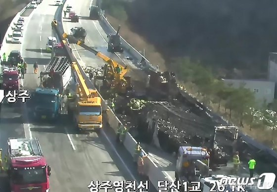 (상주=뉴스1) 최창호 기자 = 14일 오전 경북 군위군 상주영천고속도로에서 도로 결빙으로 인한 2건의 다중추돌 사고와 차량 화재가 발생했다. 사고로 40여대의 차량이 뒤엉키며 상주영천고속도로 양방향이 마비된 상태다. 이 사고로 5명이 숨지고 20여명이 부상한 것으로 알려졌다. 경북소방본부는 대응1단계를 유지하고 현장에 출동한 소방대가 구조와 안전조치를 취하고 있다고 밝혔다. (한국도로공사CCTV화면) 2019.12.14/뉴스1  <저작권자 © 뉴스1코리아, 무단전재 및 재배포 금지>