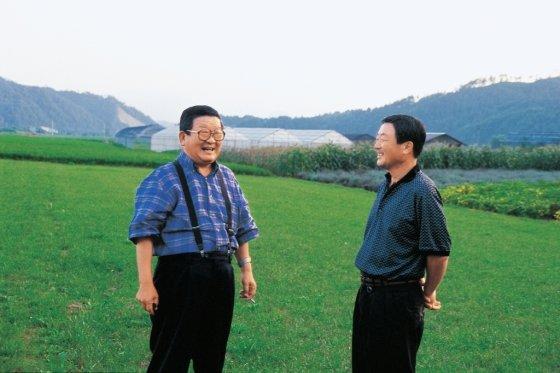 고 구자경 LG그룹 명예회장(왼쪽)과 장남 고 구본무 회장(오른쪽)이 1999년 담소를 나누고 있다. /사진제공=LG