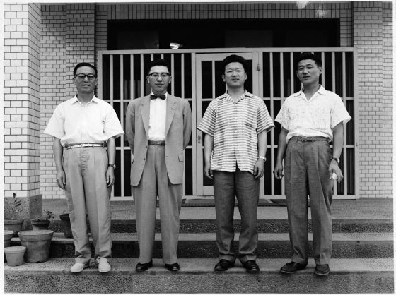 LG화학 부산 연지동 공장 앞에서 기념사진을 찍은 구인회 창업회장((왼쪽부터), 구평회 창업고문, 구자경 명예회장, 구자두 LB인베스트먼트 회장. 촬영시기는 1950~1969년으로 보인다. /사진제공=LG