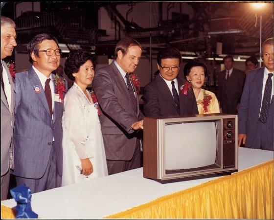 구자경 LG그룹 명예회장(오른쪽 세번째)이 1980년대 미국 현지생산법인(GSAI)에서 생산된 제1호 컬러TV를 살펴보고 있다. /사진제공=LG