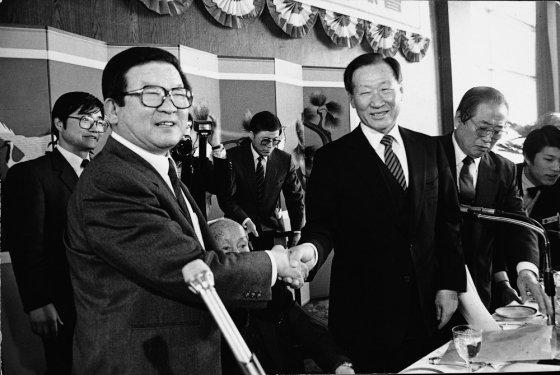 구자경 LG그룹 명예회장이 1987년 2월 제26차 전경련 정기총회에서 18대 회장에 추대된 뒤 정주영 전임회장(현대그룹 명예회장)으로부터 축하를 받고 있다. /사진=LG
