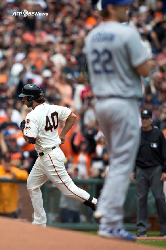 2015년 5월 22일 샌프란시스코에서 열린 LA 다저스와 샌프란시스코 자이언츠의 경기서 범가너가 커쇼를 상대로 홈런을 치고 베이스를 돌고 있다. /AFPBBNews=뉴스1