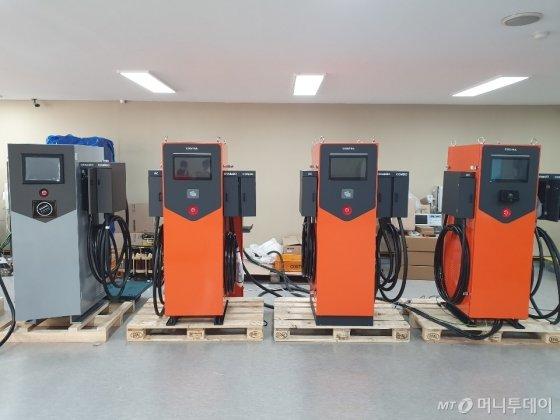 코스텔이 경기 성남 본사에서 생산하고 있는 전기차 급속충전기. / 사진제공=코스텔