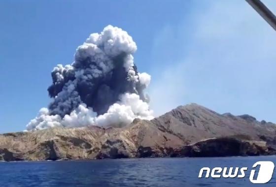 뉴질랜드 화산 분출 사망자 16명으로 늘어