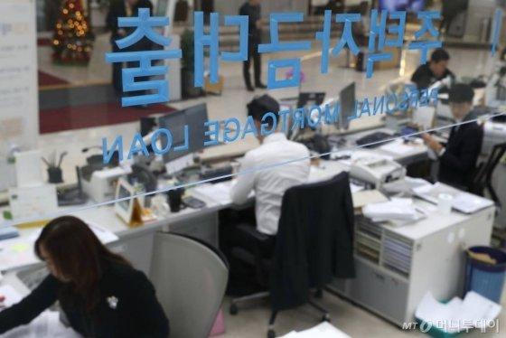 시중은행들이 코픽스 연동 주택담보대출 금리를 0.15% 포인트 인상한 18일 서울 여의도의 한 은행 영업점에서 직원들이 업무를 보고 있다. / 사진=이기범 기자 leekb@