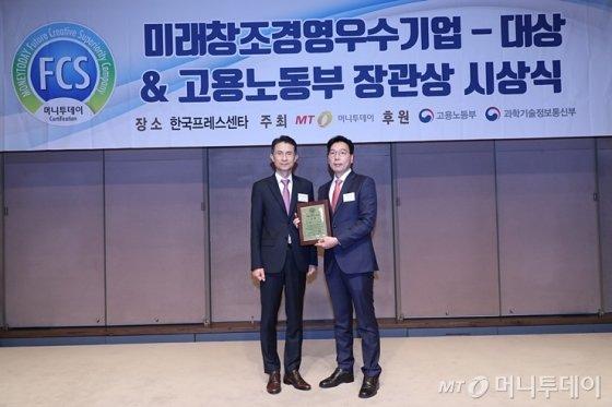 '2019 제7회 미래창조경영우수기업대상 시상식'에서 리딩엠 황종일 대표가 수상했다/사진=머니투데이