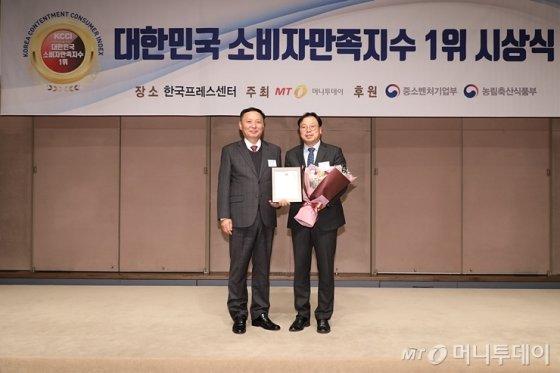 '2019 대한민국 소비자만족지수 1위 시상식'에서 에코매스 한승길 대표가 수상했다/사진=머니투데이