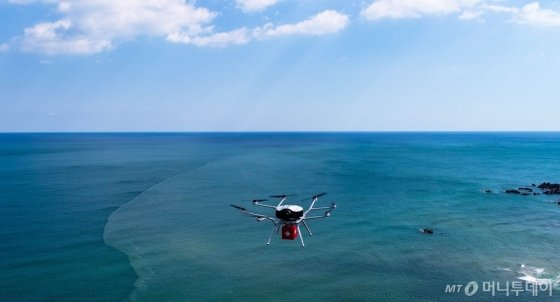 두산의 수소연료전지가 적용된 드론이 긴 비행시간을 바탕으로 장거리 긴급 물품 운반을 하고 있다./사진=두산