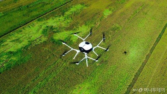 두산의 연료전지가 적용된 드론이 농경지 관리에 활용되는 모습/사진=두산