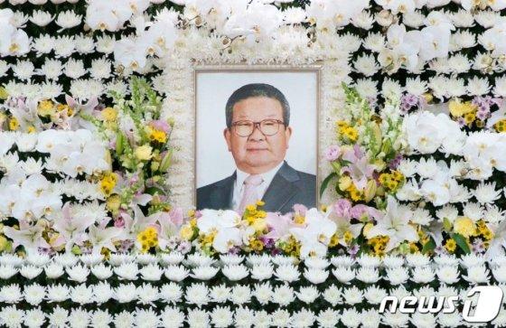 15일 서울 시내 한 병원에 차려진 구자경 LG그룹 명예회장 빈소에 고인의 영정이 걸려 있다. /사진제공=LG