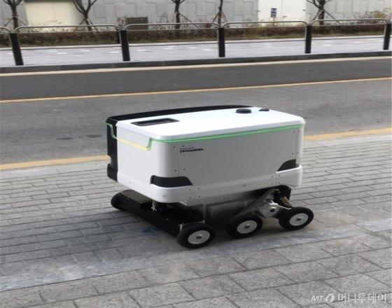 18일 규제샌드박스로 실증특례를 부여 받은 '로보티즈' 실외 자율주행 로봇./사진제공=산업통상자원부