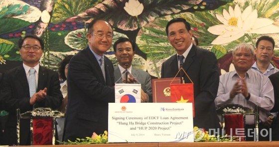 수출입은행(은행장 이덕훈, 이하 수은)은 베트남 '흥하교량 건설사업'과 '하노이약학대 건립사업'에 총 1억6200만 달러의 대외경제협력기금(EDCF)을 제공한다고 9일 밝혔다. <br /><br /> <br /><br /> 이덕훈 수은 행장은 이날 베트남 하노이 재무부 청사에서 쯩 찌 쭝 차관(사진 오른쪽)을 만나 차관계약서에 서명했다. / 사진제공=수출입은행