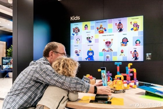 지난 18일 열린 '삼성 발렌시아' 사전 오픈 행사에 방문한 고객들이 '키즈존'에서 <br /> 가상 공간에서의 제품간 연결을 체험하고 있다./사진제공=삼성전자
