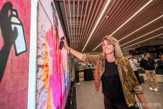 지난 18일 열린 '삼성 발렌시아' 사전 오픈 행사에 방문한 고객들이 '갤럭시 그라피티' 프로그램을 체험하고 있다./사진제공=삼성전자