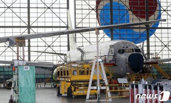 국토부가 서울 강서구 대한항공 격납고에서 균열이 발생한 보잉737NG 항공기 동체 수리현장을 공개했다. /사진제공=뉴스1
