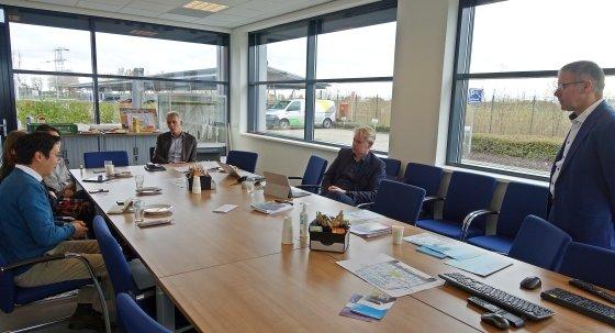 북부 네덜란드의 그린 수소 생산 프로젝트인 하이스톡(HyStock) 관계자들과 대화를 나누는 이주원 주한 네덜란드 대사관 선임상무관(맨왼쪽)/사진=장시복 기자