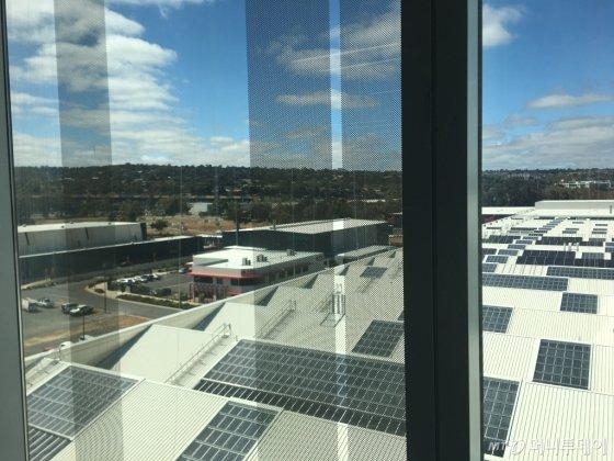톤슬리 메인건물 옥상에 태양광판이 속속 설치되고 있다. 사진 왼쪽 중단 흙이 드러나있는 지역이 수소파크 예정부지다./사진=우경희 기자