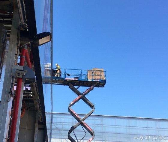 톤슬리 수소파크 동력 구축을 위한 폐 공장 메인건물 지붕 태양광판 설치작업이 한창이다./사진=우경희 기자