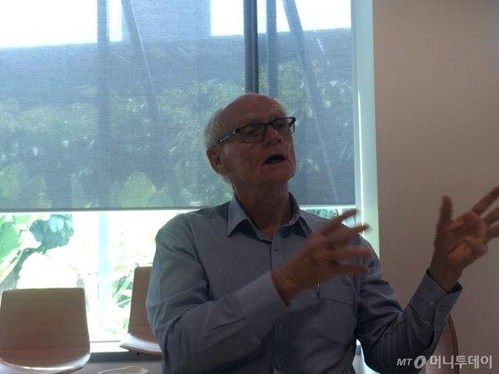 호주 퀸즐랜드공대(QUT) 이안 맥키넌 교수가 기자와 만나 퀸즐랜드주(브리즈번)의 친환경수소 전략을 설명하고 있다./사진=우경희 기자