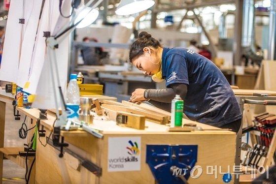 최은영 에몬스가구 주임이 지난 8월 러시아 카잔에서 열린 국제기능올림픽대회 가구 종목에 국가대표로 출전해 시합에 참여하고 있는 모습./사진제공=에몬스가구