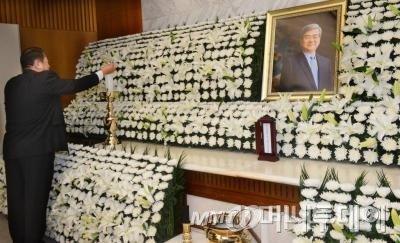 서울 서대문구 신촌 세브란스 병원 장례식장에 마련된 조양호 한진그룹 회장의 빈소에서 한 직원이 촛불을 켜고 있다.