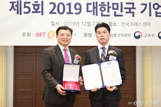 박현호 레인보우브레인 대표(사진 오른쪽)가 '기술혁신대상'을 수상하고 이종섭 동국대학교 교수와 기념 촬영 중이다/사진=중기협력팀 오지훈 기자