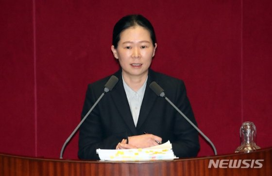 권은희 바른미래당 의원이 28일 새벽 서울 여의도 국회에서 '고위공직자범죄수사처(공수처) 법안'에 대한 필리버스터(무제한 토론)를 하고 있다. / 사진제공=뉴시스