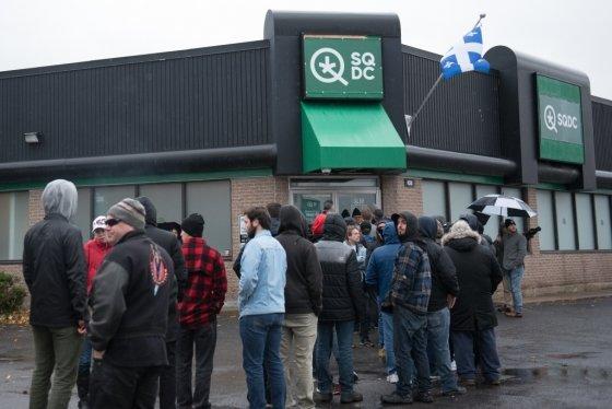 캐나다 퀘벡주 시내에 있는 정부 허가 대마초 판매처 앞에 사람들이 길게 줄 서 있다/사진=AFP