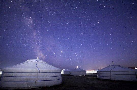 최근 몽골 등 이색여행지가 각광받고 있다. 사진은 몽골 전통 가옥 게르에서 바라본 밤하늘의 모습. /사진=하나투어